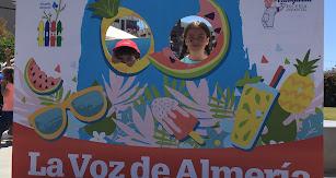 El photocall de LAVOZ reunió a asistentes de todas las edades que no querían dejar pasar la oportunidad de fotografiarse con su rostro en una fruta