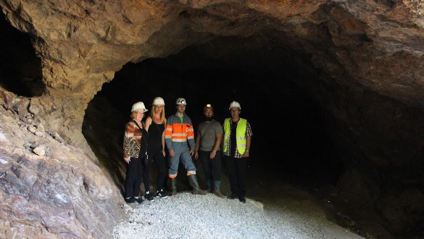 Los geólogos con el concejal de Turismo y representantes de 'Bédar Sostenible' en el interior de la mina.