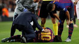El jugador azulgrana es atendido por los médicos del club.