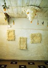 Photo: Martina Klouzová-Niubo: Malá slavnost (instalace vyšívaných předmětů, nit, molitan, montážní pěna) 1998