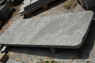 """Photo: Tischplatte aus Maggiagneis (Maggia""""granit"""") Oberfläche naturgespalten und nachgestockt, Kanten roh gebrochen ca. 200 x ca. 85-90 cm"""