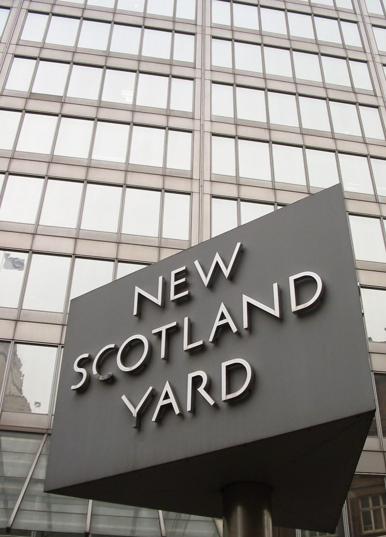 Photo: New Scotland Yard sign (2008) By Man vyi via Wikimedia Commons (public domain) http://commons.wikimedia.org/wiki/File:New_Scotland_Yard_sign_2.jpg  ★画像使用記事 『リンリー警部 捜査ファイル』 http://inagara.octsky.net/linley-keibu
