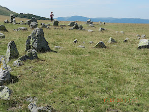 Photo: Les fouilles entreprises ont fait apparaître au centre des cercles un dallage de pierres enseveli sous une trentaine de cm de terre végétale, ainsi que des particules de charbon de bois et de cendres noires.