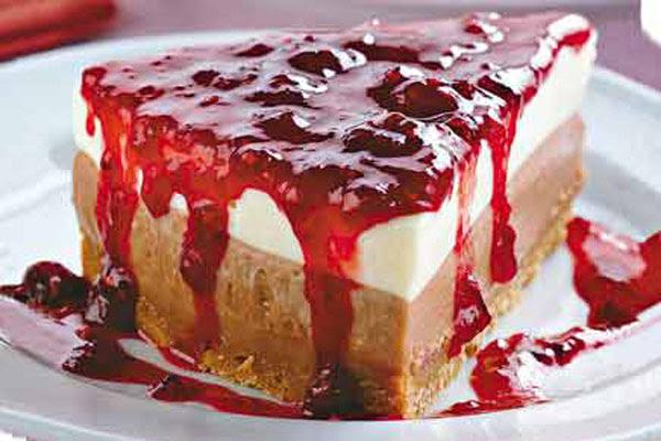 Torta de Ricota com Calda de Frutas Vermelhas