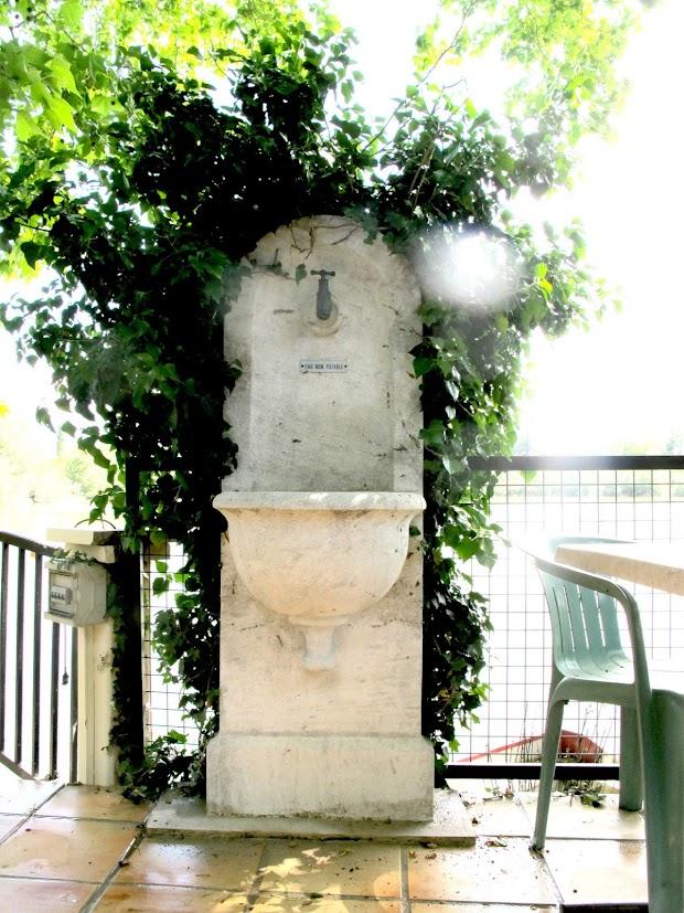Fontaine intime au bord du lac de Valréas