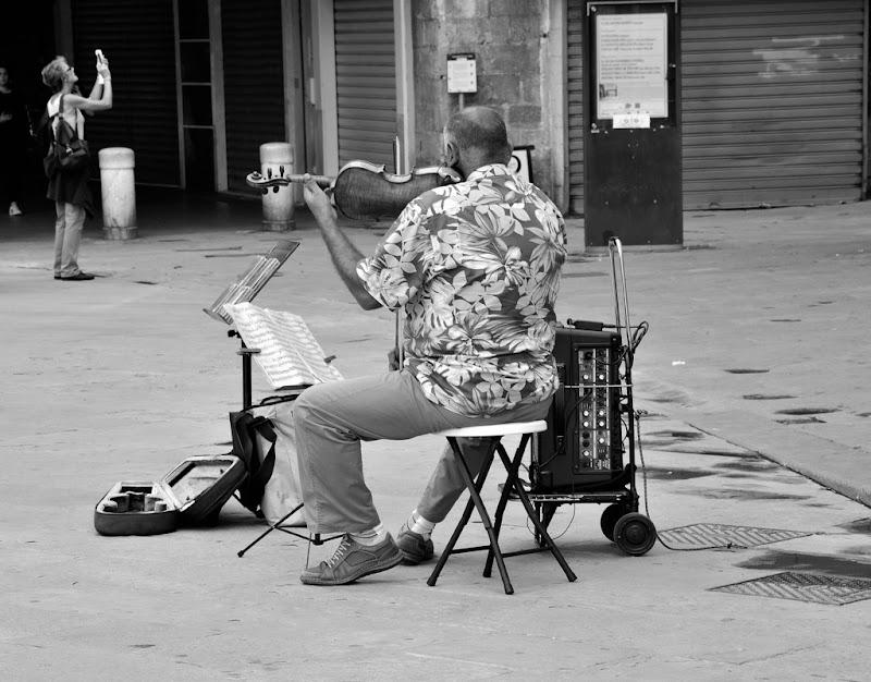 La turista e l'artista di strada. Destini diversi di Cary