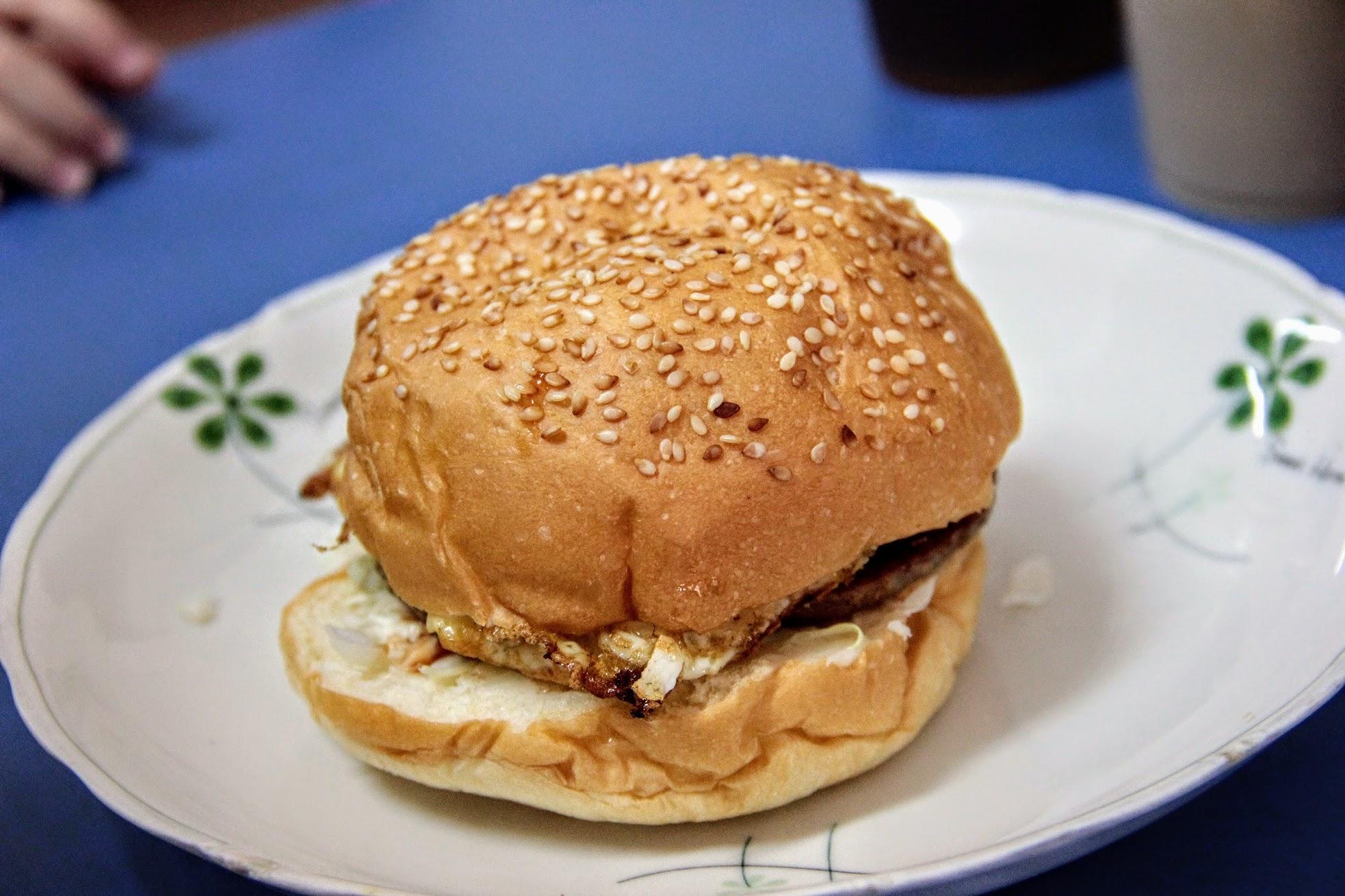 漢堡夾蛋,就是真的一顆漢堡,中間多了煎蛋XD