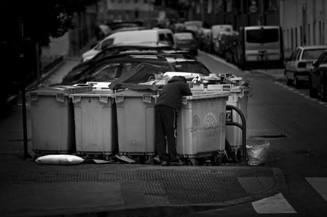 Buscando comida en los contenedores en mitad de la noche