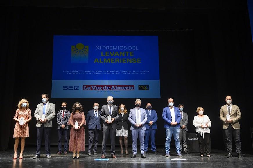 Foto de familia de premiados y organizadores de los Premios Levante.