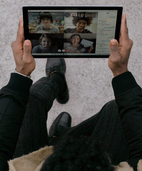 Foto do ipad mostrando uma ligação pelo zoom com amigos