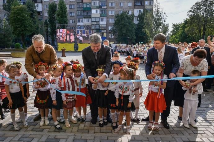 Жебрівський, Порошенко та Герасимов перерізають стрічку у Покровську
