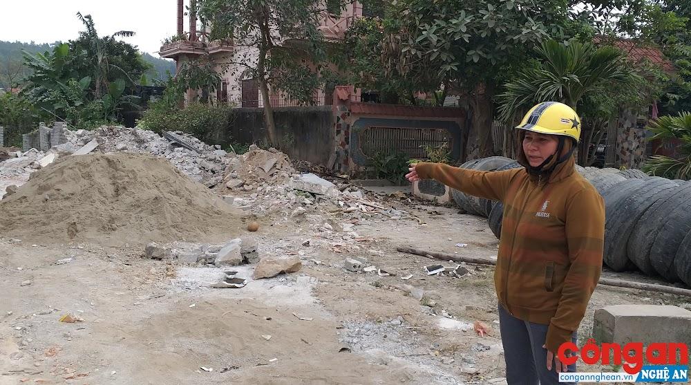 Chị Hựu đau xót bên ngôi nhà đã bị gia đình ông Tâm phá hủy hoàn toàn