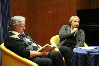 Photo: Tone Partljič v pogovoru s Cveto Zalokar Oražem v Krajevni knjižnici Tineta Orla Trzin. (Foto Miro Štebe)