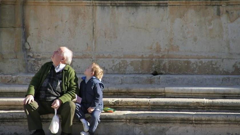 Un abuelo cuidando de su nieto