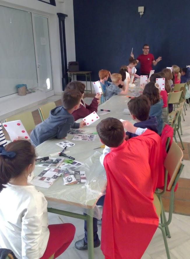 niños aprendiendo magia con varitas