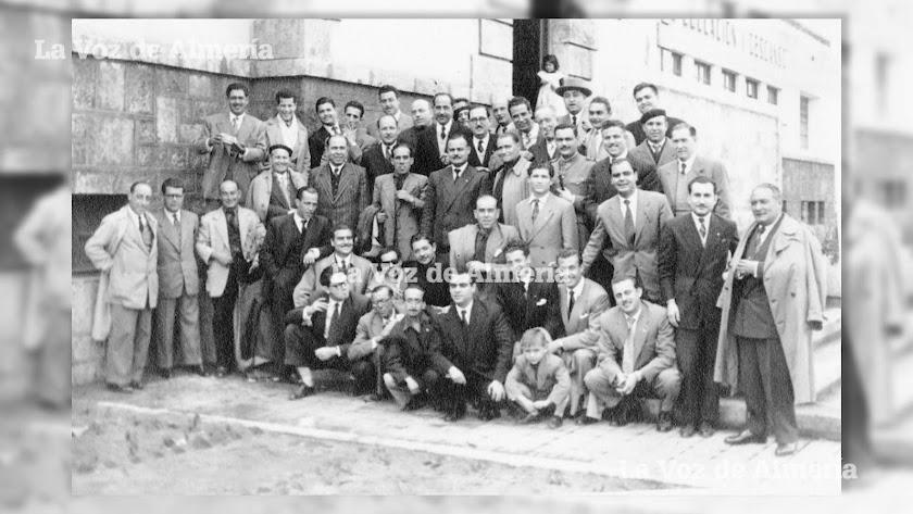 Grupo de maestros de los años de la posguerra. Los maestros de escuela hicieron una gran labor pedagógica pese a las dificultades de la época.