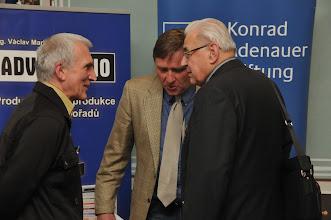 Photo: Diskuse po konferenci.