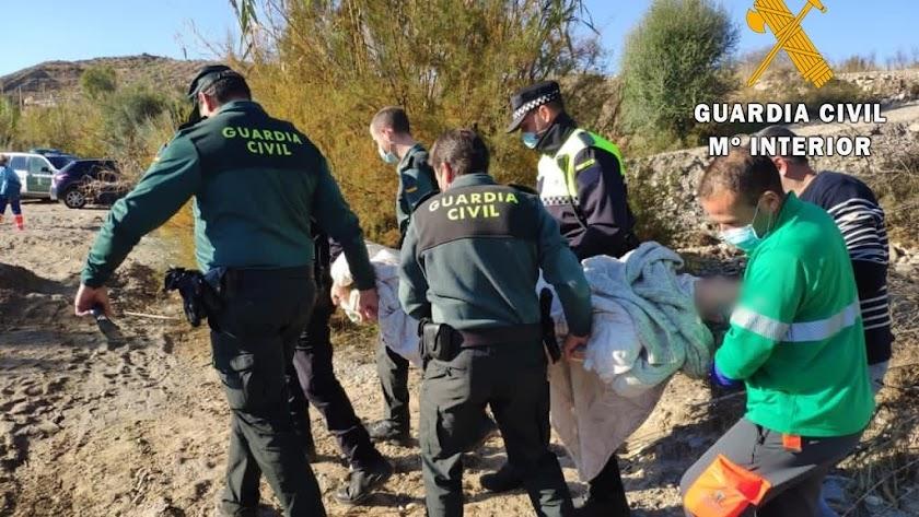 Momento del rescate por parte de la Guardia Civil.