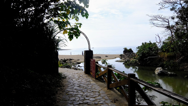 從凱撒游泳池旁有一條祕徑,直通外頭沙灘喔!!