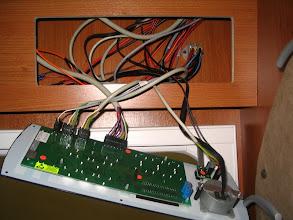 Photo: Con la centralita fuera, se localizan fácilmente los cables de la luz