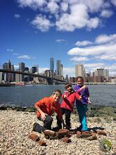 Photo: Construction des enfants au pied du Brooklyn Bridge
