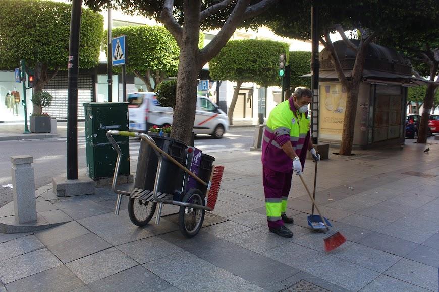 Barrendero con la protección de mascarillas limpiando el Paseo de Almería.