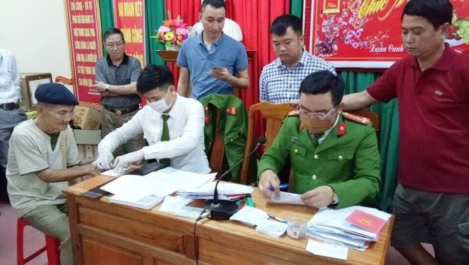 CBCS làm thủ tục cấp phát CMND cho người dân tại Thạch Giám.