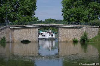 Photo: Le tourisme fluvial au port de plaisance de Briare est très développé  avec locations de bateaux pour les promenades, croisières repas sur un bateau mouche, ou sur une ancienne péniche, sans oublier un petit train touristique avec balade au bord de l'eau.
