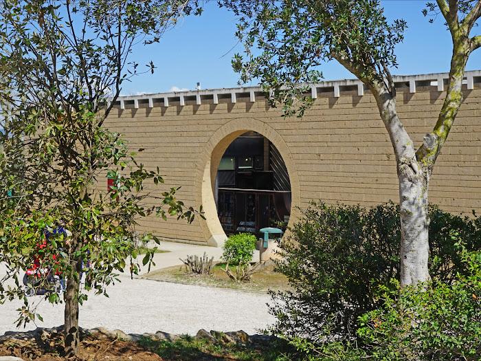 Mario Botta, il muro e l'ingresso al Giardino dei Tarocchi, Capalbio