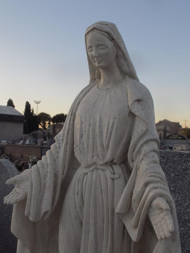 Détail de statue en pierre tendre de la vierge marie dans la tradion de la statuaire religieuse du 19 ème siècle