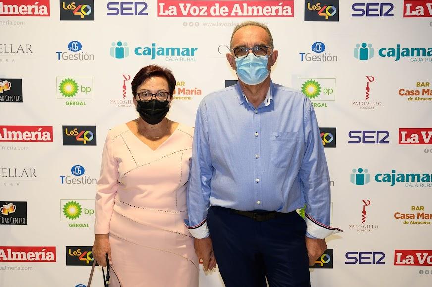 Amalia Martínez, premiada en Gente, junto a su acompañante Francisco José Barrios.