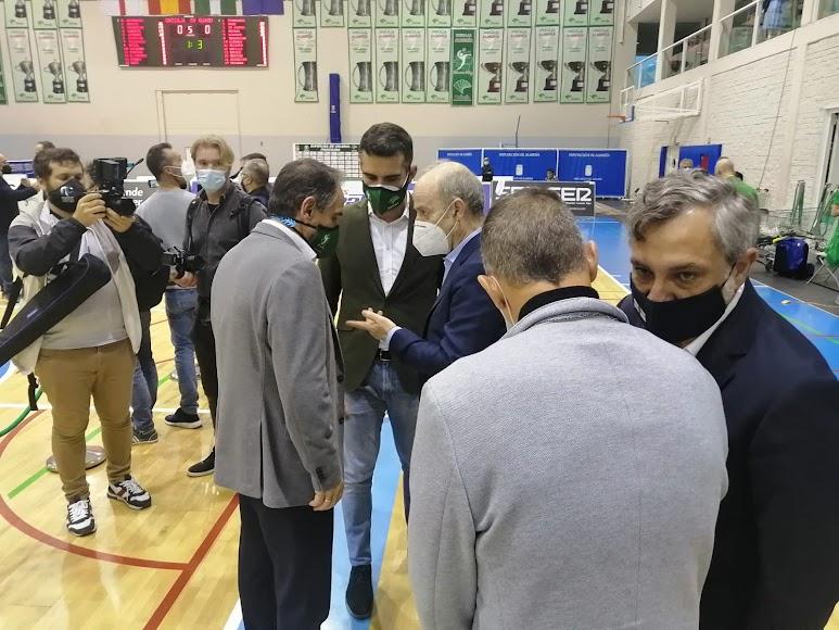 El alcalde de Almería con el presidente de la Federación Española de Voleibol.
