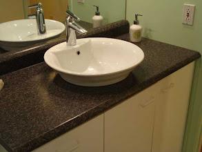 Photo: 2007 enfin un lavabo et comptoir neuf!