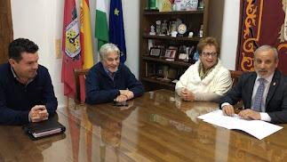 El alcalde (primero por la derecha) con miembros de Asprodalba.