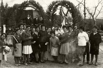 Photo: De izquierda a derecha: ......, Tere, Marisa, Sara, Chiqui,....., Tita, Aida, Curra, Arriba Reyes,....,Toña, Curra Longo,     ,     ,  Lolo, Lola, y