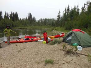 Photo: Das erste Camp nach 4 KM am Rose River. Zwei Kenterungen müssen erstmal verdaut und ausgetrocknet werden