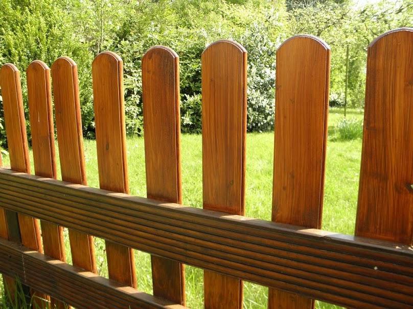 Drewniane ogrodzenie wykonuje się najczęściej z sosny i świerka
