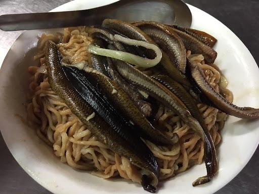 鱔魚意麵一直在台南算是小吃界的LV,眼鏡的鱔魚意麵很屌!乾炒的竟然只要90塊!麵超多、魚也大量的切了好幾塊。 什錦湯也料多味美!推薦大家來吃~