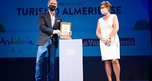 Francisco Jesús García recoge el premio entregado por Adriana Valverde.
