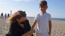 Un niño recibiendo la pulsera en Carboneras.