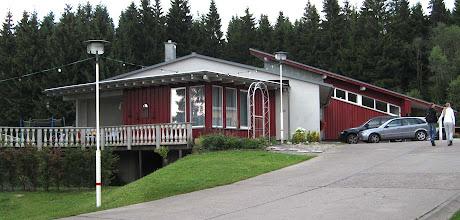 Photo: Stasibunker Frauenwald - Hier am Hotel Rennsteighöhe beginnt die Führung durch den Bunker.