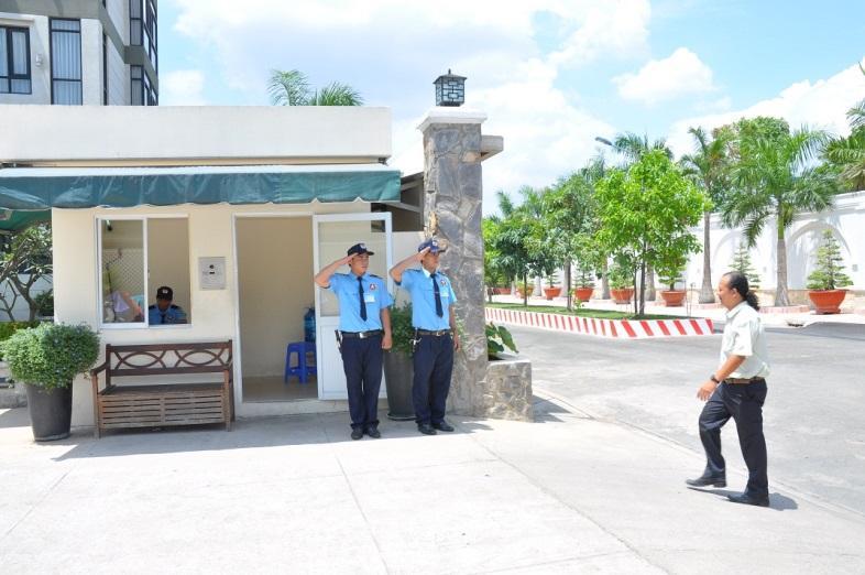 Nhân viên bảo vệ kiểm soát khách ra vào cổng