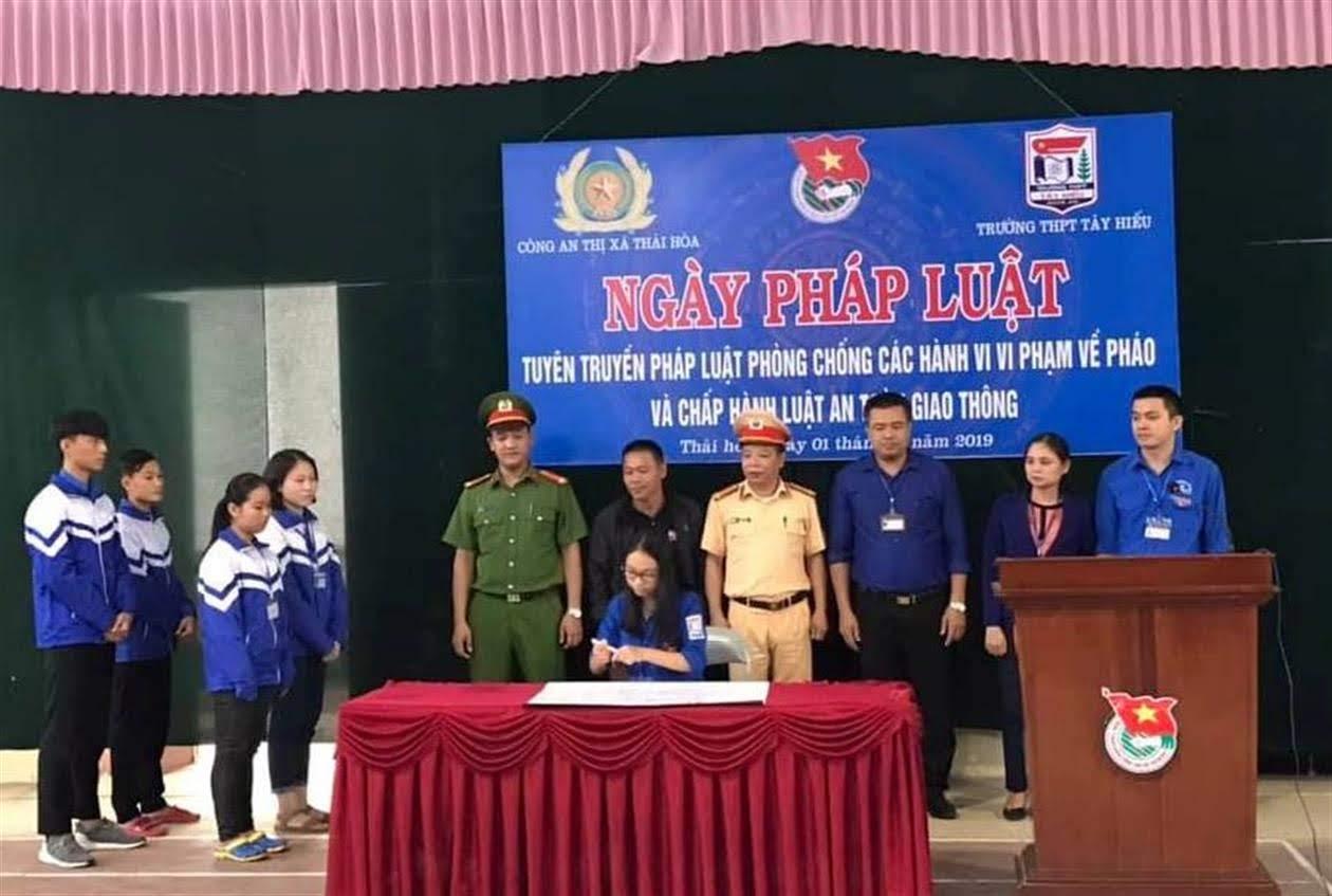 Công an TX Thái Hòa tổ chức ký cam kết cho học sinh  chấp hành các quy định của Luật Giao thông đường bộ