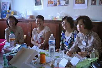 Photo: L'équipe mange dans la cuisine, plus de place dans la salle Thanh Van, Dung, Phuong Lan, Bach Bich