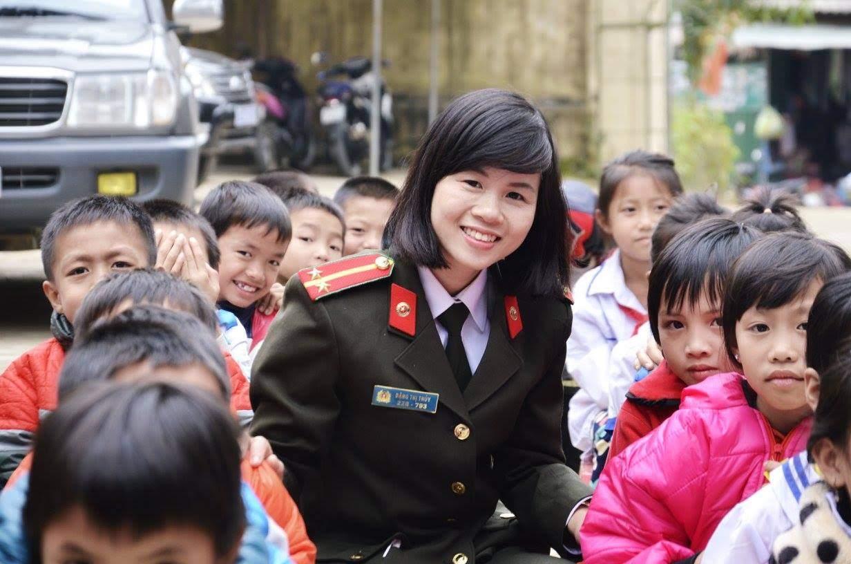 Đồng chí Đặng Thị Thủy, Phòng Tham mưu Công an tỉnh Nghệ An trong lần tuyên truyền phòng, chống ma túy tại huyện Tương Dương