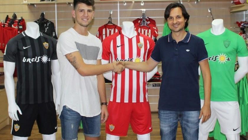 El Almería B se hace con el '9' Alberto Toril