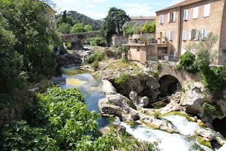 Photo: ... traverse le village en faisant des cascades...