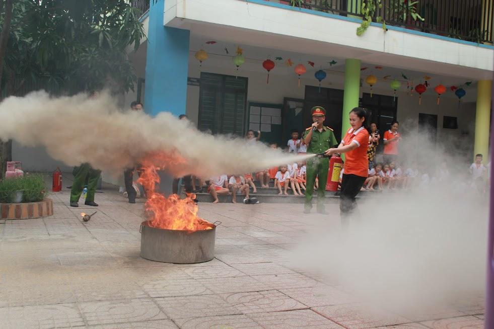 Các giáo viên xử lý các tình huống rò rỉ ga dẫn đến cháy