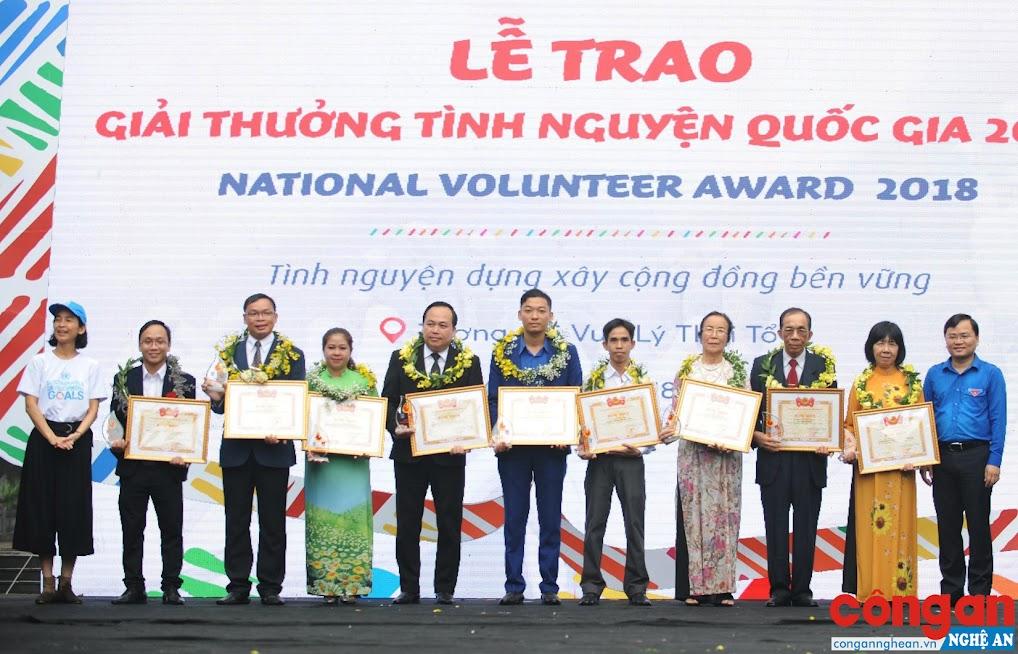 Nguyễn Tất Hùng (giữa) nhận giải thưởng Tình nguyện quốc gia 2018