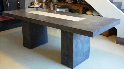 Table à manger réalisée en béton ciré avec création d'un chemin de table